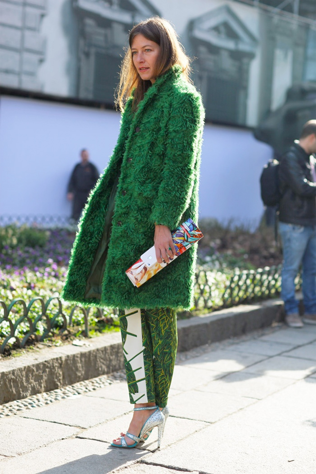 aurora sansone, green coat, green pants, streetstyle, grass